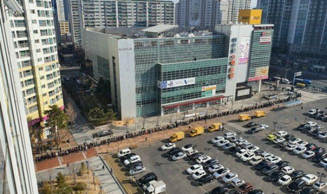 Tại tâm dịch virus corona ở Hàn Quốc lúc này: Người dân rồng rắn xếp hàng dài trăm mét mua khẩu trang