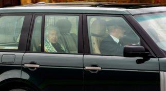 """Nữ hoàng Anh lần đầu lộ diện sau cú sốc """"vô lễ"""" của vợ chồng Meghan Markrle, nhìn gương mặt của bà ai cũng xót xa"""
