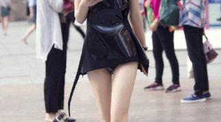 Cô gái gây sốt với mốt không quần cùng làn da trắng mướt sải bước trên phố